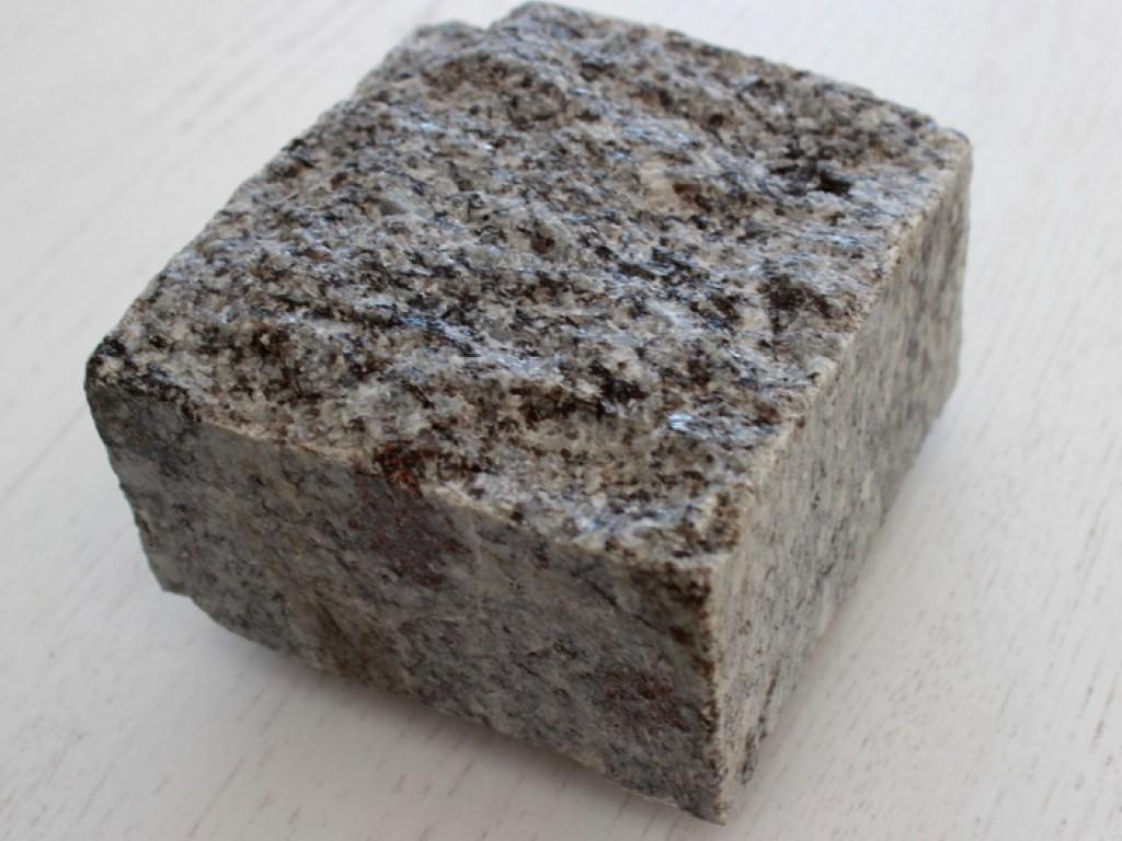 Konstantyn gránit  vágott hasított kocka kő